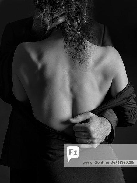 erotische umarmung