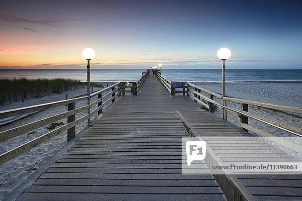 Seebrücke am Strand bei Sonnenuntergang  Ostseebad Rerik  Mecklenburg-Vorpommern  Deutschland  Europa