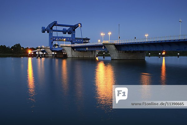 Hubbrücke über den Peenestrom zur Insel Usedom  Dämmerung  Wolgast  Mecklenburg-Vorpommern  Deutschland  Europa