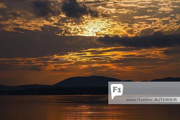 Sonnenuntergang mit Wolken  Lake Brome  Knowlton  Eastern Townships  Québec  Kanada  Nordamerika