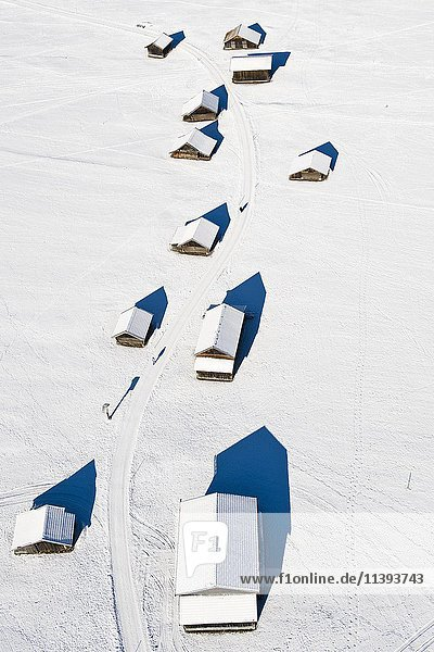 Hütten im Winter bei Garmisch-Partenkirchen  Luftaufnahme  Werdenfelserland  Oberland  Oberbayern  Bayern  Deutschland  Europa Hütten im Winter bei Garmisch-Partenkirchen, Luftaufnahme, Werdenfelserland, Oberland, Oberbayern, Bayern, Deutschland, Europa
