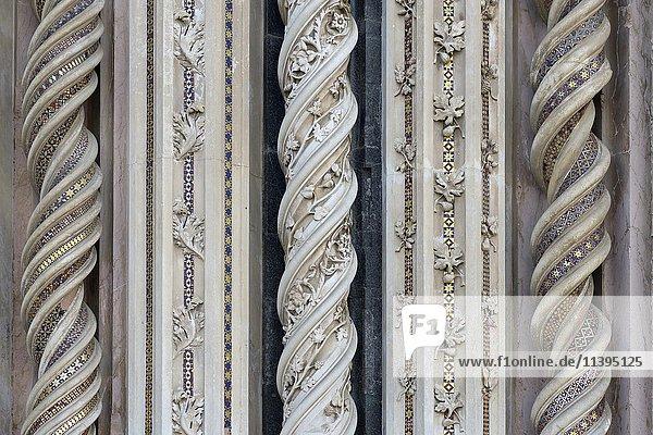 Fassade im Detail  gedrehte Säulen  Dom Orvieto  Maria Himmelfahrt  Santa Maria Assunta  Orvieto  Umbrien  Italien  Europa