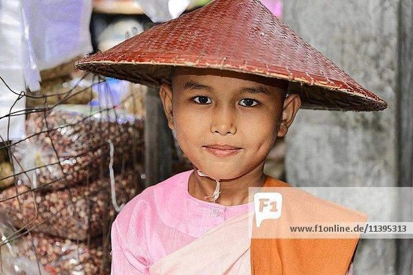 Buddhistische junge Nonne  Novizin beim Bettelgang  Mandalay  Myanmar  Asien
