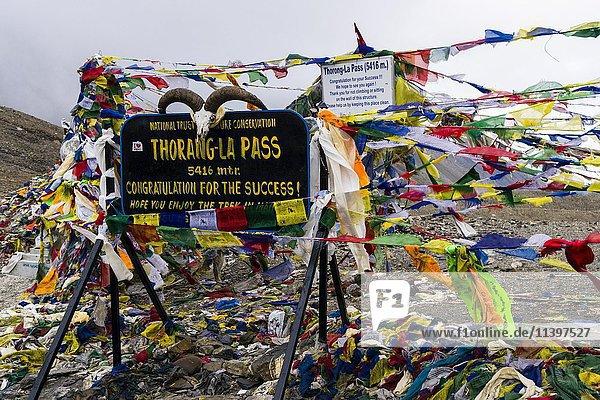 Tibetische Gebetsfahnen am Gipfelschild des Thorong-La-Pass  5416 m  Pass zwischen dem oberen Marsyangdi und dem Kali Gandaki Tal  Manang  Nepal  Asien