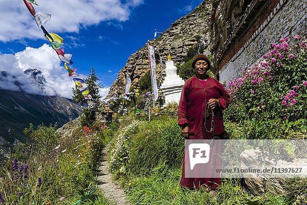 Nonne Ani  Chörten am Praken Gompa Kloster  Tochter von Tashi Lama  Manang  Nepal  Asien