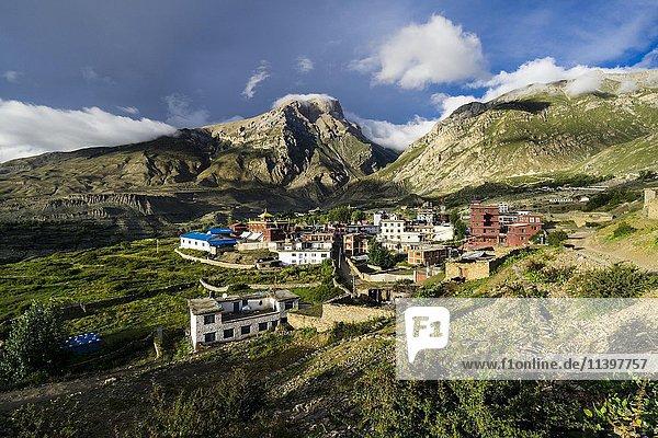 Häuser von Muktinath  3710 m  dahinter Yakawa Kang Berg  Muktinath  Mustang Distrikt  Nepal  Asien
