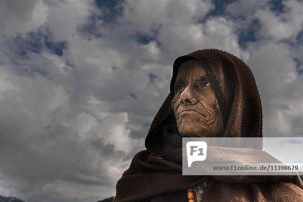 Portrait  alte einheimische Frau mit braunem Schal  Ghandruk  Kaski District  Nepal tragen