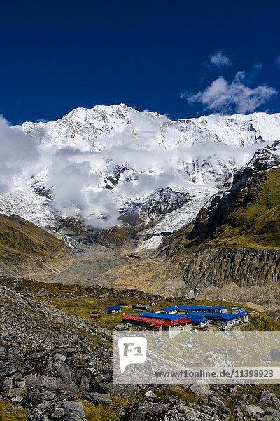 Häuser des Annapurna Base Camp  Gletscher und Annapurna 1  Nordwand  schneebedeckt  Chomrong  Kaski District  Nepal  Asien