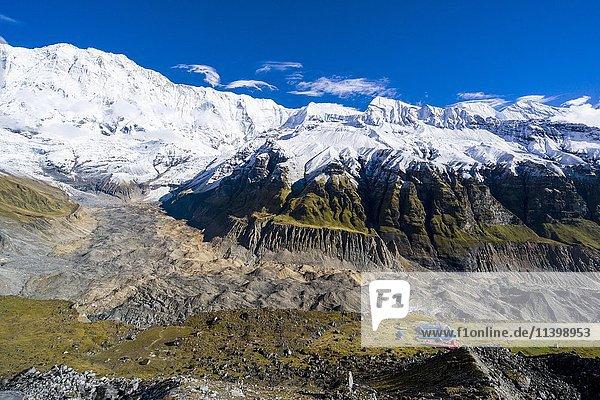 Häuser des Annapurna Base Camp  Gletscher und Annapurna 1  Nordhang  schneebedeckt  Chomrong  Kaski District  Nepal  Asien