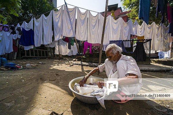 Mann wäscht Wäsche mit der Hand auf Hof  Kathmandu  Nepal  Asien