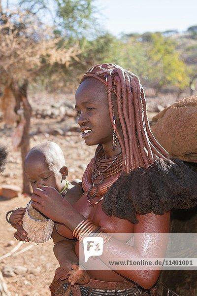 Himbafrau mit Baby auf dem Arm  Kaokoveld  Namibia  Afrika