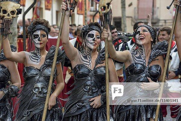 Frauen in historischer Kleidung  Umzug Mauren und Christen  Moros y cristianos  Jijona oder Xixona  Provinz Alicante  Costa Blanca  Spanien  Europa