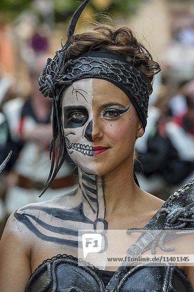 Frau in historischer Kleidung  Umzug Mauren und Christen  Moros y cristianos  Jijona oder Xixona  Provinz Alicante  Costa Blanca  Spanien  Europa