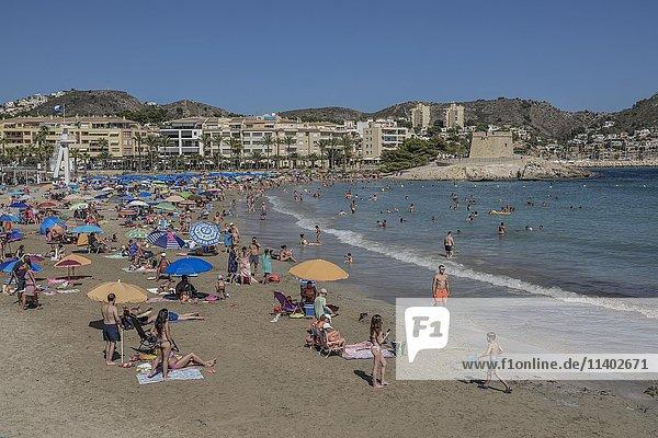 Strand Platja de L'Ampolla  mit Festung  Moraira  Provinz Alicante  Costa Blanca  Spanien  Europa