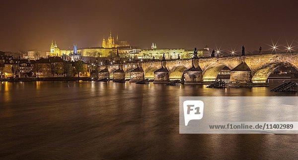 Karlsbrücke mit Prager Burg und Veitsdom bei Nacht  Prag  Tschechien  Europa