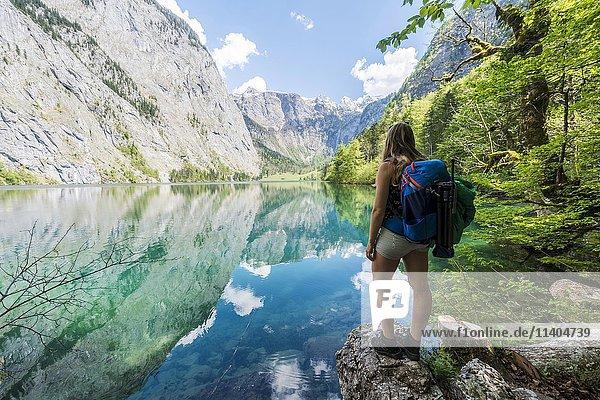 Junge Frau  Wanderin am Obersee mit Wasserspiegelung  Salet am Königssee  Nationalpark Berchtesgaden  Berchtesgadener Land  Oberbayern  Bayern  Deutschland  Europa