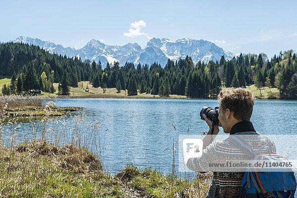 Wanderer fotografiert Geroldsee  Wagenbrüchsee  Karwendelgebirge  Werdenfelser Land  Oberbayern  Bayern  Deutschland  Europa