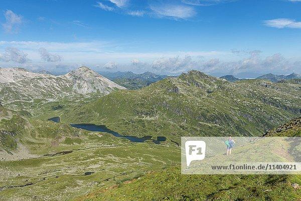 Wanderin blickt über ein Tal  Schladminger Höhenweg  Wanderweg zum Hochgolling  Schladminger Tauern  Schladming  Steiermark  Österreich  Europa