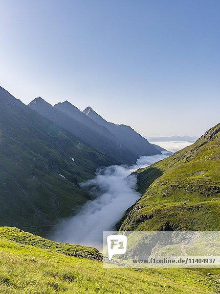 Ausblick in Tal mit Nebel  Wolken  Schladminger Tauern  Schladming  Steiermark  Österreich  Europa