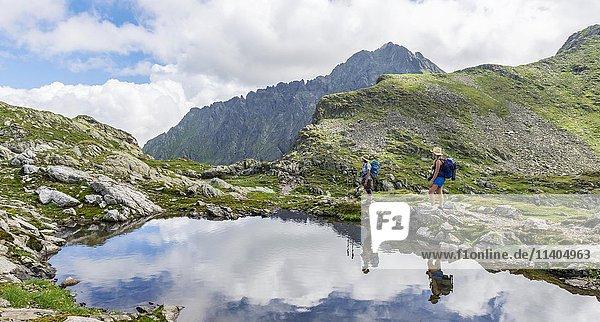 Zwei Wanderer an einem Bergsee  Klafferkessel  Rohrmoos-Untertal  Schladminger Tauern  Schladming  Steiermark  Österreich  Europa