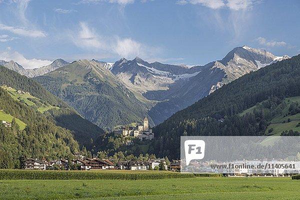 Sand in Taufers mit Burg Taufers  hinten Zillertaler Alpen  Tauferer Ahrntal  Südtirol  Italien  Europa
