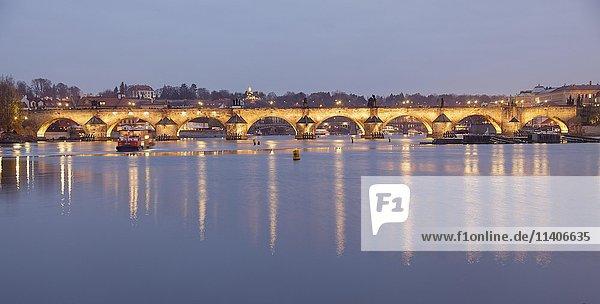 Karlsbrücke  Ausblick von Schützeninsel Strelecky ostrov auf Altstadt  Abenddämmerung  Moldau  Prag  Tschechien  Europa