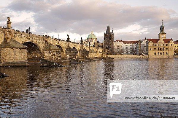 Karlsbrücke mit Moldau und Altstadt  Prag  Tschechien  Europa