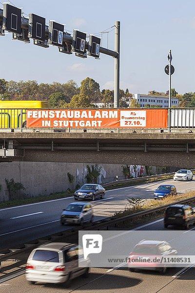 Feinstaubalarm  Banner hängt über der Straße mit Autoverkehr  Autos  Stuttgart  Baden-Württemberg  Deutschland  Europa