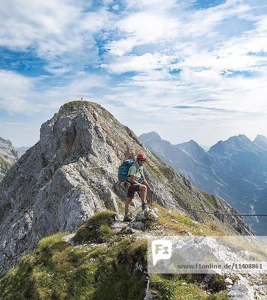 Wanderin an einem Klettersteig,  Mittenwalder Höhenweg,  Karwendelgebirge,  Mittenwald,  Deutschland,  Europa