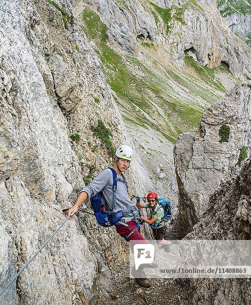 Wanderer an einem Klettersteig  Mittenwalder Höhenweg  Karwendelgebirge  Mittenwald  Deutschland  Europa