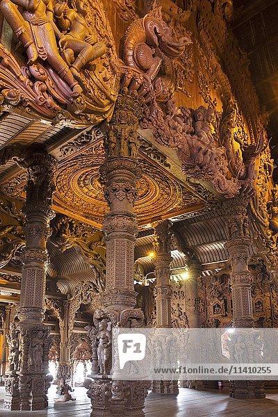 Innenansicht  Holzschnitzereien und mythologische Figuren  Tempel Prasat Satchatham  Heiligtum der Wahrheit  Naklua  Pattaya  Provinz Chon Buri  Thailand  Asien