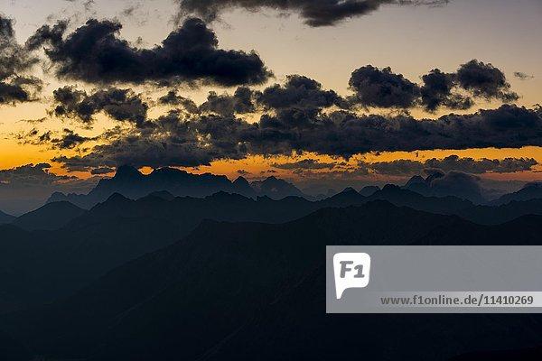 Wettersteingebirge mit dunklen Wolken bei Sonnenaufgang  Elemen  Lechtal  Außerfern  Tirol  Österreich  Europa