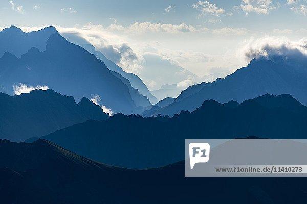 Ehrwalder Berge im blauen Morgendunst  Elemen  Lechtal  Außerfern  Tirol  Österreich  Europa