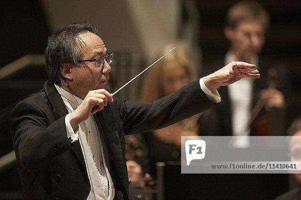 Dirigent Shao-Chia Lü dirigiert bei einem Konzert  Rhein-Mosel-Halle  Koblenz  Rheinland-Pfalz  Deutschland  Europa