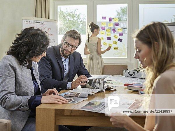 Kreatives Teamwork  Brainstorming  Projektarbeit  Workshop  Weiterbildung  Seminar für Führungskräfte  Erwachsenenbildung  Österreich  Europa