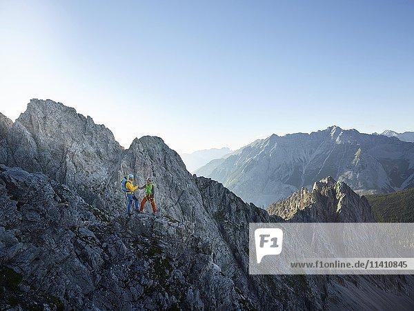 Zwei Kletterer am Klettersteig  Karwendel  Nordkette  Tirol  Österreich  Europa Zwei Kletterer am Klettersteig, Karwendel, Nordkette, Tirol, Österreich, Europa