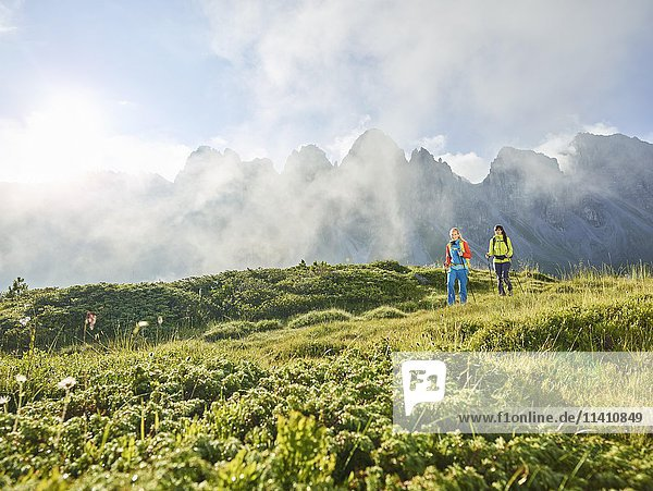Wanderer in den Bergen  Kalkkögel  Kemater Alm  Tirol  Österreich  Europa