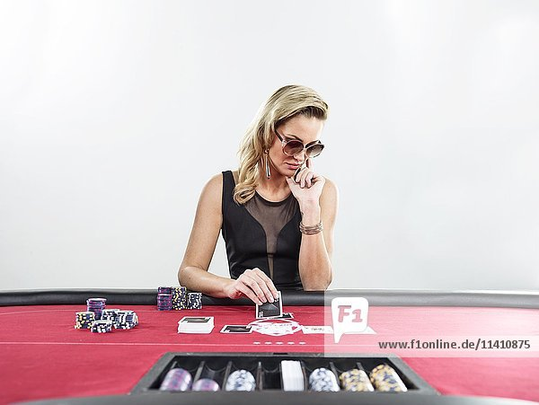 Frau spielt Black Jack  Casino  Jetons