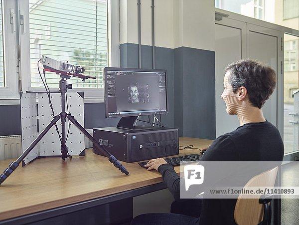 Frau 30-35 Jahre scannt ihren Kopf mit einem 3D Scanner