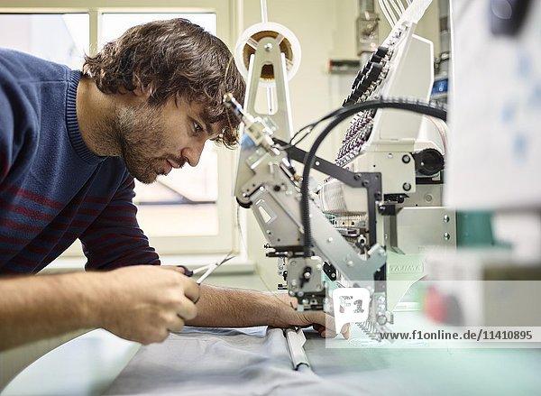 Mann arbeitet an Stickmaschine  Österreich  Europa Mann arbeitet an Stickmaschine, Österreich, Europa