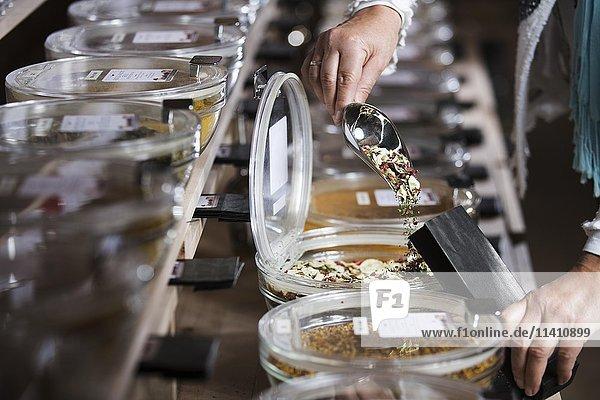 Gewürzmischung wird in Papiertüte gefüllt  getrockneter Knoblauch  Petersilie  Paprika  Chili  Basilikum und Oregano Gewürzmischung wird in Papiertüte gefüllt, getrockneter Knoblauch, Petersilie, Paprika, Chili, Basilikum und Oregano
