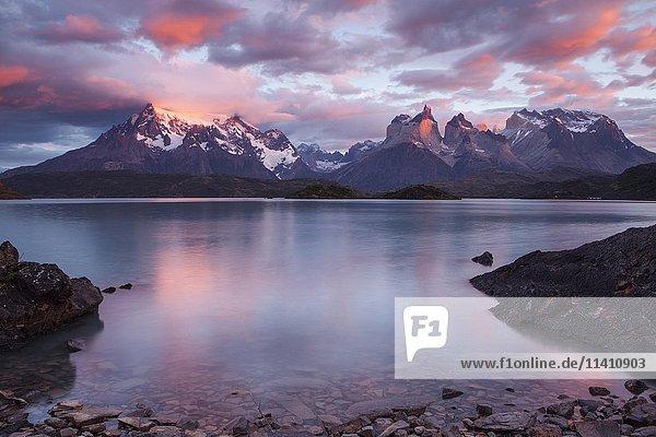 Bergmassiv Cuernos del Paine bei Sonnenaufgang  Pehoe See  Nationalpark Torres del Paine  Chile  Südamerika