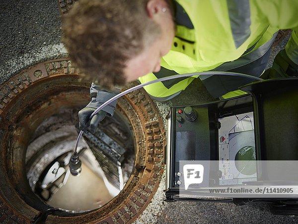 Kanalreinigung  Kontrolle mit einer Videosonde  Arbeiter blickt auf Bildschirm  Innsbruck  Tirol  Österreich  Europa