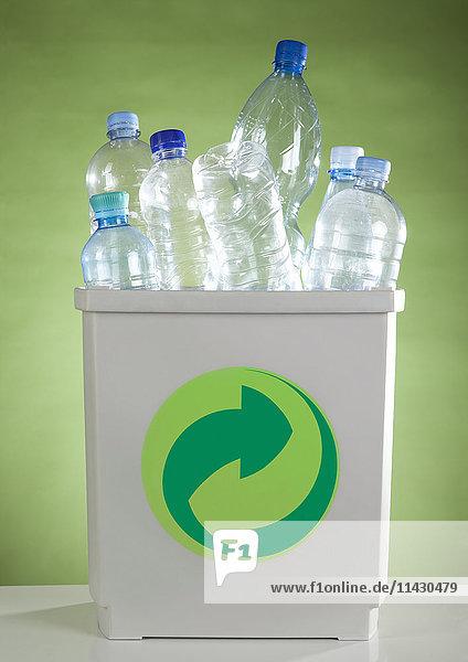 Kunststoffflaschen in Abfalleimer