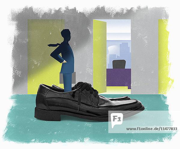 Geschäftsmann steht in übergroßen Schuhen