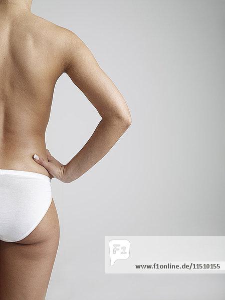 Frau in weißer Unterhose  Teilansicht