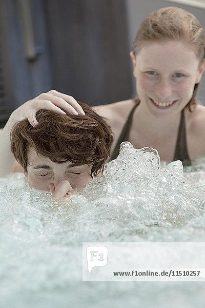 Zwei Frauen im Whirlpool
