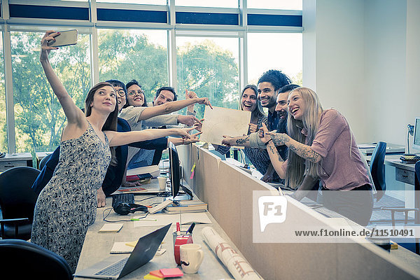 Team von Kollegen  die gemeinsam einen Selfie in einem gemeinsamen Büro nehmen