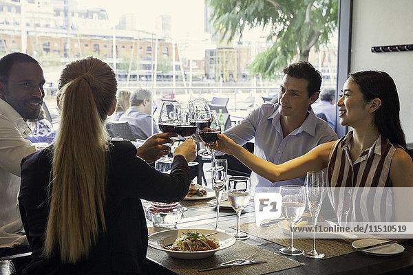 Freunde  die im Restaurant klirren.