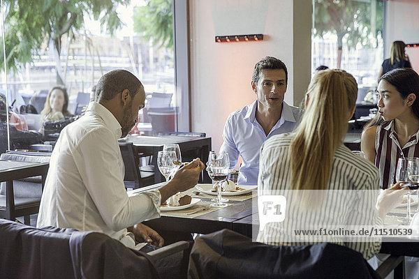 Geschäftspartner beim gemeinsamen Mittagessen im Restaurant